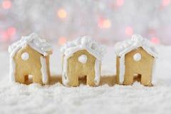 3 дома пряника на предпосылке bokeh и снега Стоковое Изображение