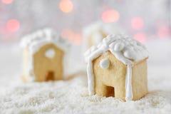 3 дома пряника на предпосылке bokeh и снега Стоковое Фото