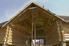2 дома сделанного журналов под одной крышей Стоковые Фотографии RF