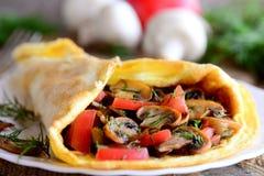 Омлет заполненный с свежими кусками томатов и зажаренными грибами на плите сервировки Здоровый омлет гриба уменьшая мир Стоковые Изображения RF