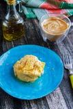 Омлет на голубых керамических плите и latte Стоковые Изображения