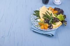 Омлет с champignons спаржи и грибов для еды завтрака свежей и здоровой Открытый космос для текста знамена стоковые фотографии rf