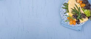 Омлет с champignons спаржи и грибов для еды завтрака свежей и здоровой Открытый космос для текста знамена стоковое фото