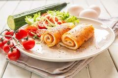 Омлет с vegetable салатом Завтраки яйца стоковые изображения rf