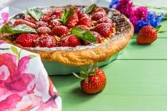 домодельный пирог клубники Cornflowers в предпосылке Сразу взгляд Стоковое Изображение