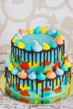 домодельный торт ` s детей 2-tiered украшенный с красочным малюет с меренгой на белой предпосылке стоковая фотография rf