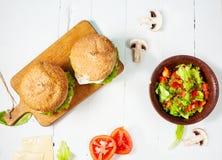 2 домодельных бургера говядины с яичком и салатом на деревянной таблице Стоковые Фотографии RF