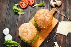 2 домодельных бургера говядины с яичком на деревянной таблице Стоковые Фотографии RF