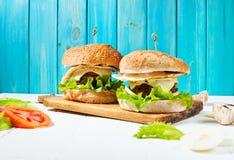 2 домодельных бургера говядины с яичком на деревянной таблице Стоковые Фото