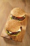 2 домодельных бургера на прованской доске на таблице дуба Стоковое Изображение