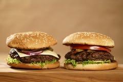 2 домодельных бургера на прованской доске на таблице дуба Стоковая Фотография RF