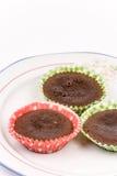 3 домодельных булочки шоколада на плите над whit Стоковая Фотография