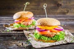 2 домодельных гамбургера с свежими овощами Стоковые Фото