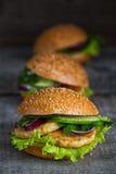 3 домодельных гамбургера с свежими овощами Стоковое Фото