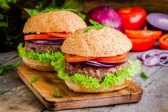 2 домодельных гамбургера с свежими органическими овощами Стоковое Изображение