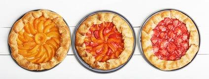 3 домодельных пирога с персиками и клубниками Стоковые Фото