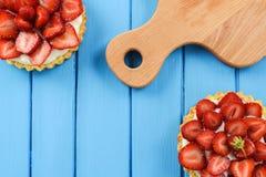 2 домодельных пирога с свежими органическими клубниками и деревянным cutt Стоковое Изображение