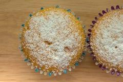2 домодельных пирожного с напудренным концом-вверх сахара Стоковые Изображения