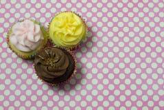 3 домодельных пирожного с розовой и белой предпосылкой Стоковые Фотографии RF