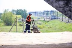 Омск, Россия - 2-ое июня: работник дороги Стоковое Изображение
