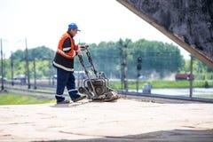 Омск, Россия - 2-ое июня: работник дороги Стоковые Фотографии RF