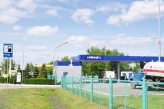 ОМСК, РОССИЯ - 22-ОЕ МАЯ 2015: Бензоколонка Стоковые Изображения