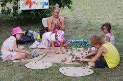 Омск, Россия - 3-ье августа 2014: группа в составе прессформа детей от глины Стоковые Фотографии RF