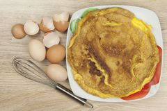 Омлет взбитого яйца на деревянном столе Стоковое Фото