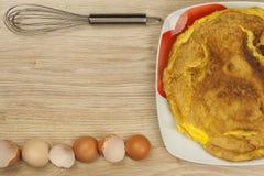Омлет взбитого яйца на деревянном столе Стоковая Фотография