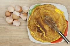 Омлет взбитого яйца на деревянном столе Стоковые Изображения RF