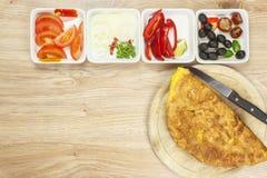 Омлет взбитого яйца с овощами на деревянном столе Стоковые Фото
