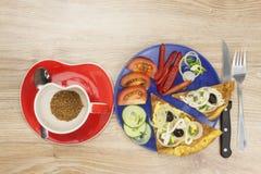 Омлет взбитого яйца с овощами на деревянном столе Стоковая Фотография