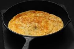 Омлет в сковороде литого железа стоковое фото