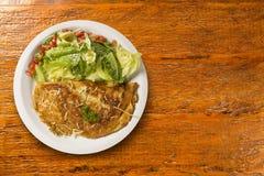 Омлет и салат Стоковые Фото