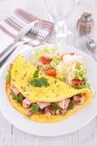 Омлет и салат стоковая фотография