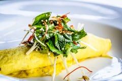 Омлет краба Сиднея, гриб Enoki, и салат травы, отвар мустарда мисо Стоковое Фото