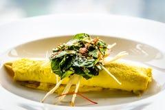 Омлет краба Сиднея, гриб Enoki, и салат травы, отвар мустарда мисо Стоковая Фотография