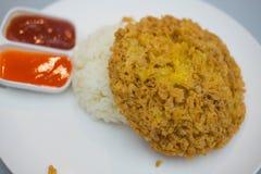Омлет на тайском рисе жасмина с chill соусом и кетчуп Стоковые Изображения RF