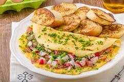 Омлет с весенними овощами и беконом Стоковая Фотография