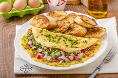 Омлет с весенними овощами и беконом Стоковое Фото