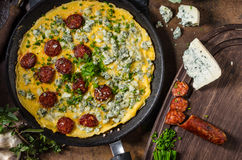 Омлет с голубым сыром и сосиской Стоковые Фотографии RF