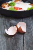 Омлет с томатами, петрушка Фокус деревенского завтрака селективный вертикально стоковая фотография