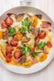 Омлет с хлебом, мясом и томатами в белом лотке фрая, взгляд сверху стоковое изображение rf