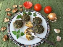 Омлет Goutweed с грибами на плите стоковое изображение rf