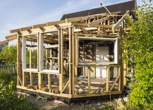дом конструкции под деревянным Стоковые Изображения