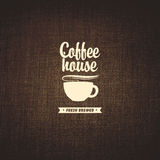 дом кофе капучино barman подготовляет бесплатная иллюстрация