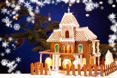 дом пряника над предпосылкой рождества Стоковые Изображения RF