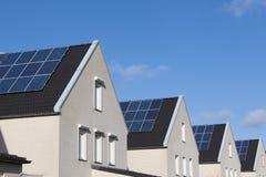 дом семьи обшивает панелями солнечное Стоковые Фото