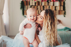дом семьи счастливый Будьте матерью держать сына младенца в спальне в уютных выходных Стоковая Фотография RF