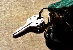 дом фокуса имущества предпосылки агента gviving изолировала риэлтор нового владельца ключей реальный к белизне Стоковая Фотография